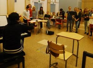 Mari Sillanpää harjoittaa kuoroa.