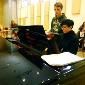 Mari Sillanpää ja Eemeli Kujala tutkivat Hairsprayn partituuria.