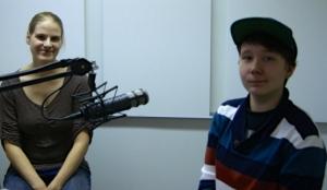 Veera Luomala ja Linda Kujala radiostudiossa.