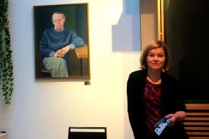 Kamarimusiikkiviikon taiteellinen johtaja Anni Haapaniemi, taustalla Jaakko Valon maalaama  PH Nordgrenin muotokuva.