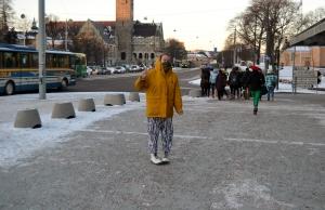 Maija Lumiaho poseeraa kuvaajalle, kun muu ryhmä kiiruhtaa kohti Maailman Kuvalehteä.
