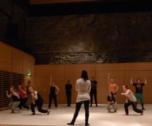 Anette Raukola vetää tanssitreenejä KTK:ssa.