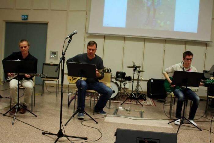 Rasmus Tammik (kesk.) musisoimassa viime vuonna Severi Hietalan (vas.) ja Otto Kentalan kanssa.